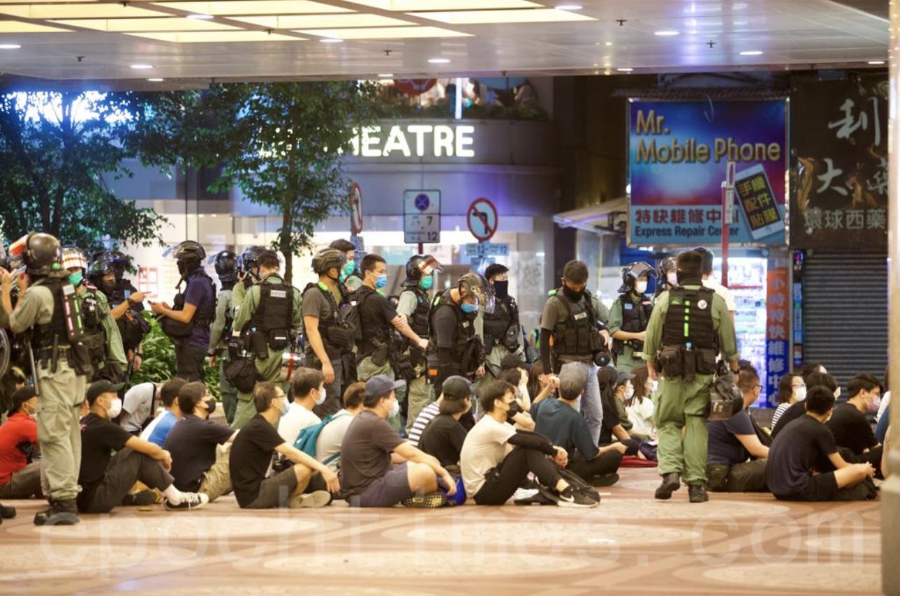 7月1日當日警方共拘捕了370人。圖為一批民眾在時代廣場遭警方圍捕。(大紀元資料圖片)