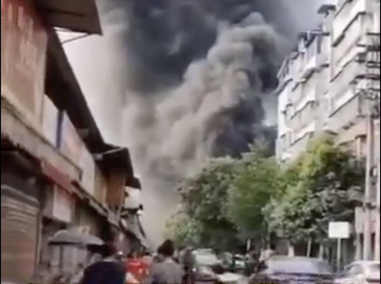 7月1日18時左右,貴州省都勻市的糧食儲備倉庫突然發生火災。(視頻截圖)