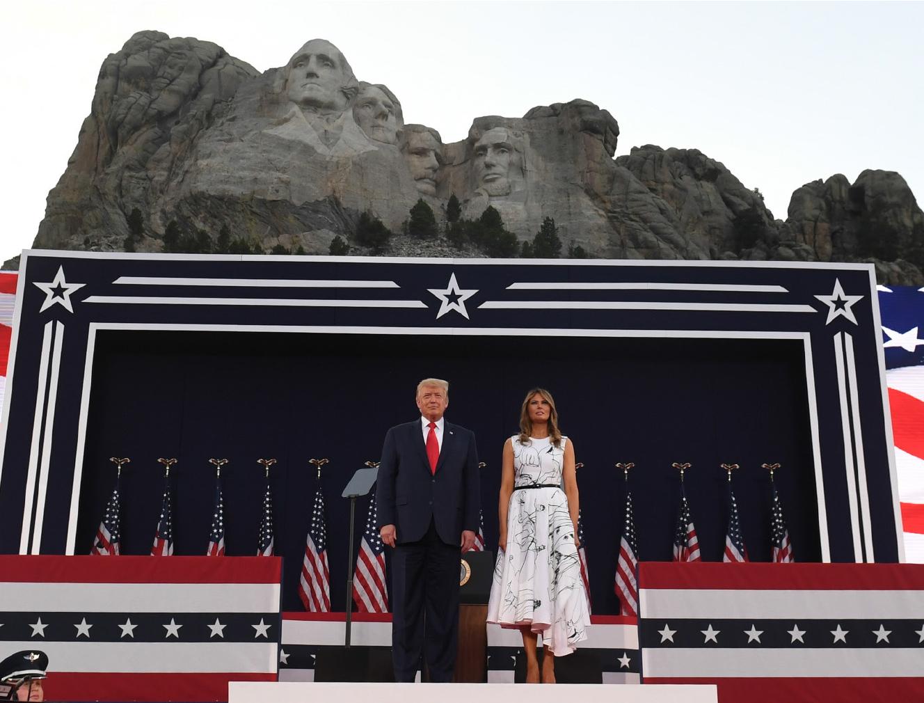 圖為美國總統特朗普和第一夫人梅拉妮婭7月3日在總統山,參加紀念7月4日獨立日的慶祝活動。(AFP)