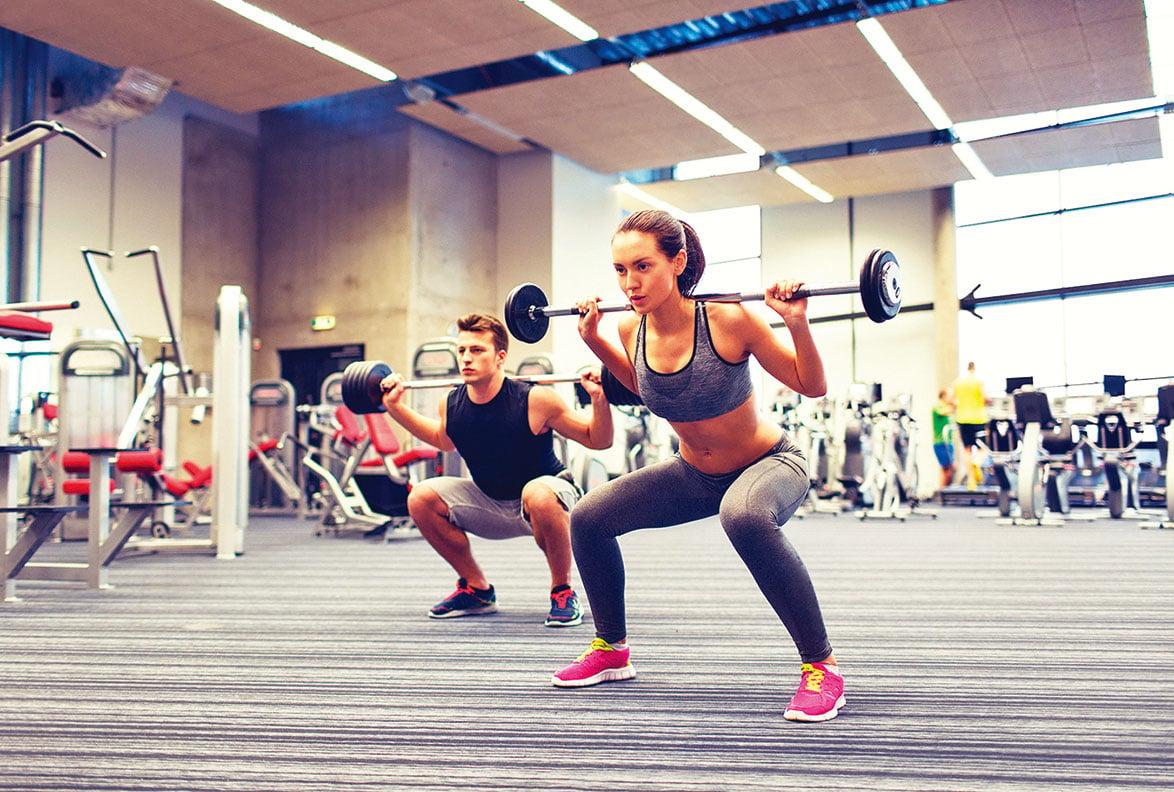 槓鈴彎舉適合在健身房訓練,有專人協助才能避免運動傷害。