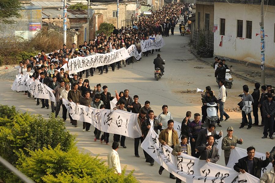 2011年12月17日,烏坎村民遊行要求當局解決農民土地被盜賣及徹查村民代表薛錦波被打死的訴求。(AFP ImageForum)