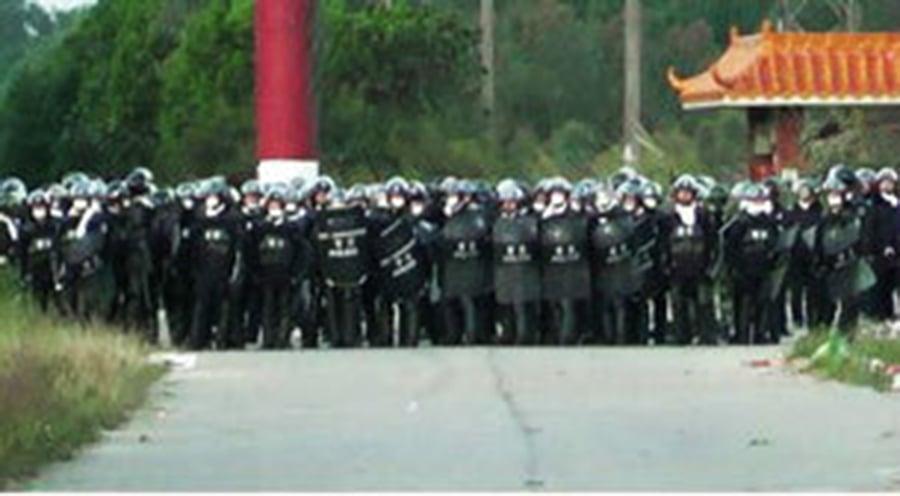 鄭雁雄以強硬手段派出大量防暴警察打壓村民。(微博圖片/新唐人電視台提供)