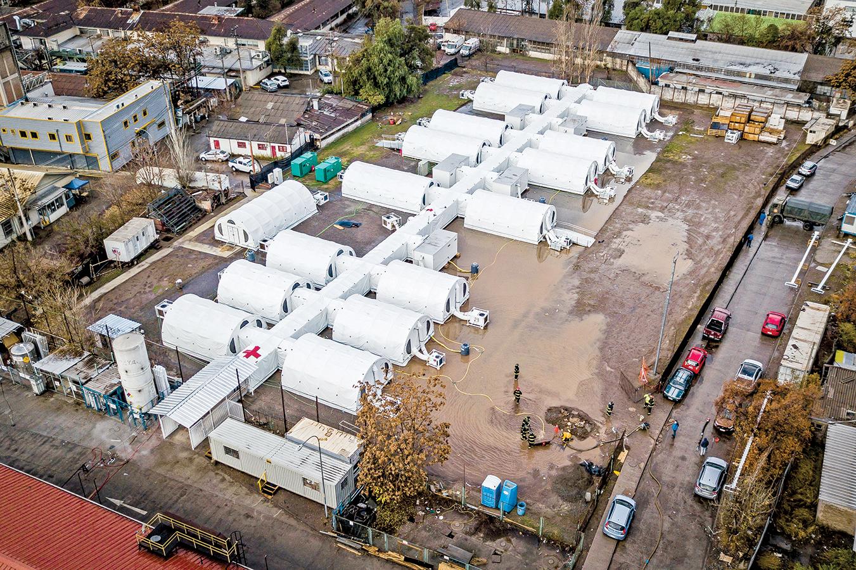 智利因為中共病毒疫情快速蔓延,使醫療體系不堪負荷。為應對疫情,政府搭建了一些臨時醫院。圖為6月29日在智利首都聖地亞哥一處臨時醫院的鳥瞰圖。(Getty Images)