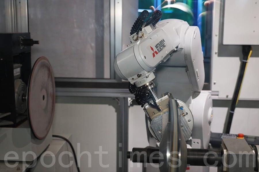 靈活的機械臂可以進行危險度高的「拋光」工作。(陳仲明/大紀元)