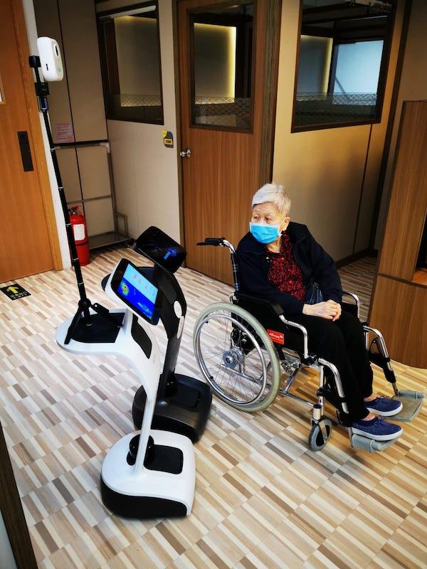 機械人Temi在護老院為老人家做健康檢測,更可以做護理人員做不到的事情。(受訪者提供)