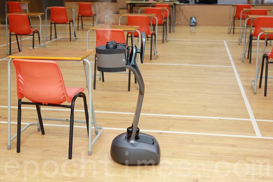 天主教慈幼會伍少梅中學DSE試場中出現的機械人Temi,可以在每天清晨為試場噴灑消毒劑。(陳仲明/大紀元)