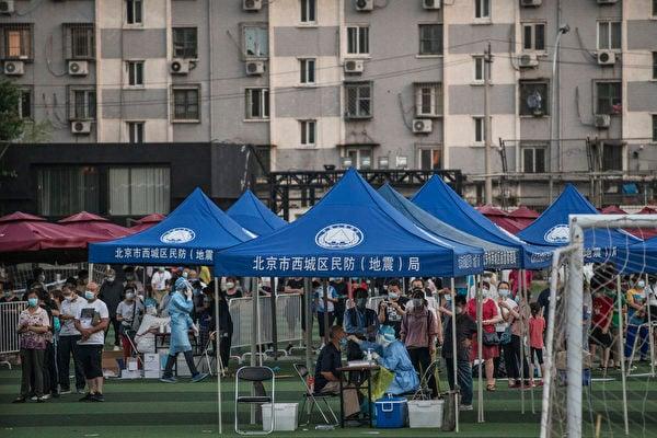 北京疫情自6月11日反彈,圖為西城區臨時搭建的中共病毒測試點。(Kevin Frayer/Getty Images)