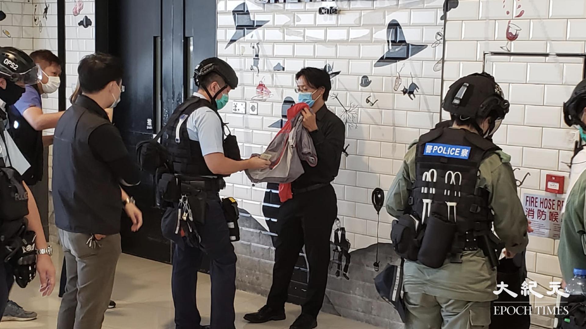 該名抗爭者在接受記者訪問時表示,警方稱將諮詢上司後再做定奪,但並未向該名抗爭人士提及是否他涉及「國安法」。(Bill / 大紀元)