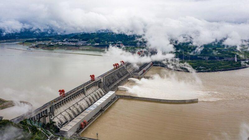 圖為,2020年6月29日,中國湖北省宜昌市長江上的三峽大壩航拍畫面。(STR/AFP via Getty Images)