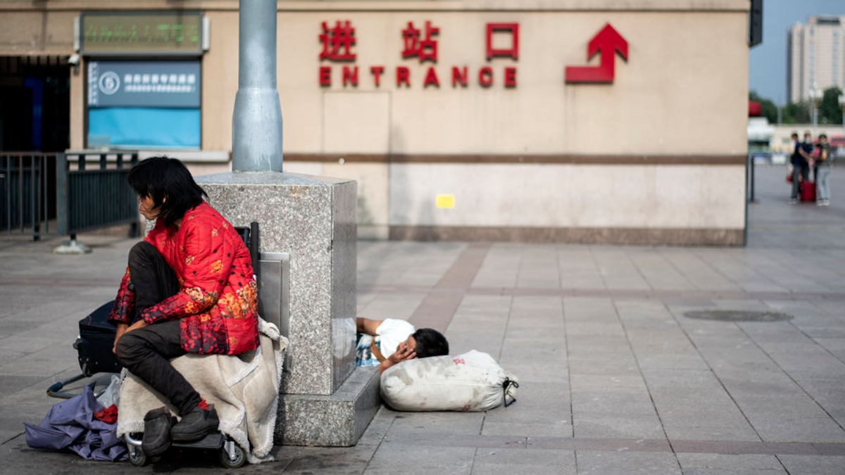 網上有文章指出,假設中共真的閉關鎖國,中低收入者首當其衝,將成為最大的受害人群。(NOEL CELIS/AFP via Getty Images)