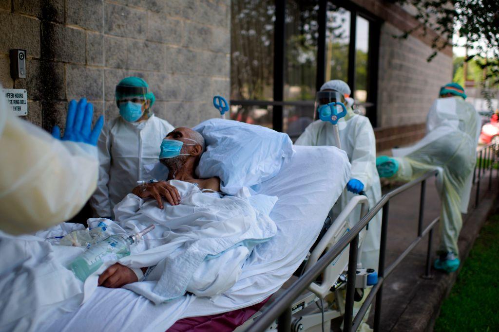 2020年7月2日,德克沙士州侯斯頓聯合紀念醫學中心的醫護人員將患者推入普通病房。(MARK FELIX/AFP via Getty Images)
