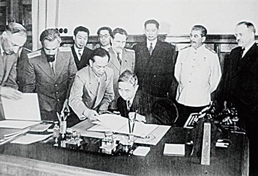 1945年8月15日,時任外長王世傑代表國民政府與蘇聯簽訂《中蘇友好同盟條約》。(公有領域)