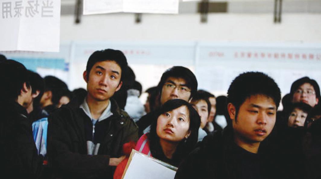 中共擴招畢業生為主體的公務員,到城鄉社區工作。此舉被質疑借就業之名,行維穩之實。(Getty Images)