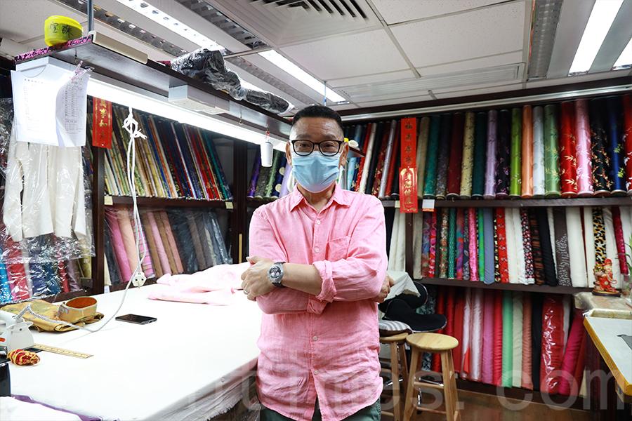 從裁縫舖學師至今,一甲子的時光飛逝,秦長林對長衫事業始終如一。(陳仲明/大紀元)