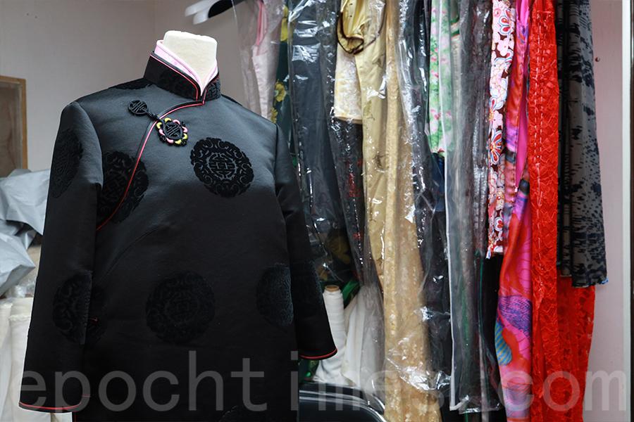 秦長林自信無論客人甚麼身型,都可以製作出適合他的長衫。(陳仲明/大紀元)