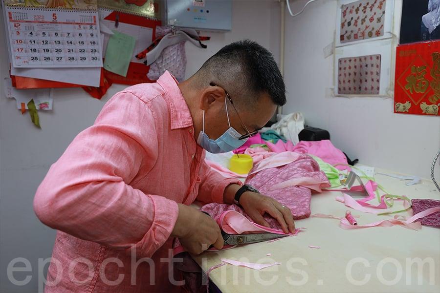 視長衫製作為生命一部份的秦長林,寄望學生能夠繼承他的手藝。(陳仲明/大紀元)
