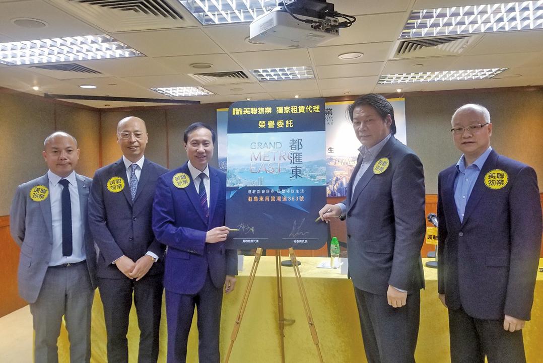 裕泰興董事總經理羅守耀(右二)表示,未來2-3年香港經濟都不會太樂觀,料樓價持平或下跌半成。(李曉彤/大紀元)