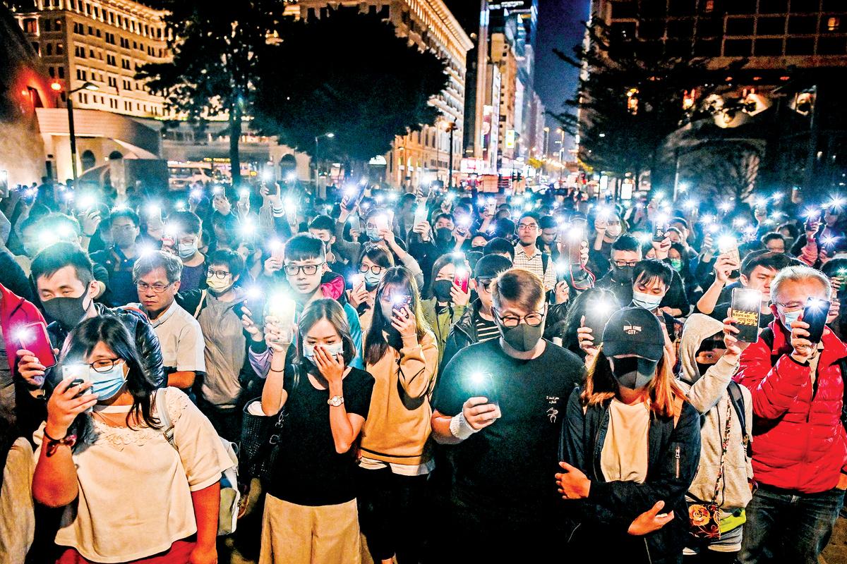 在香港過去13個月的抗爭中,手機和其中的通訊及社交軟件無疑是抗議者的重要工具。在港版國安法通過後,高科技公司迅速表態,將致力於保護香港用戶的個人安全和言論自由。(AFP)
