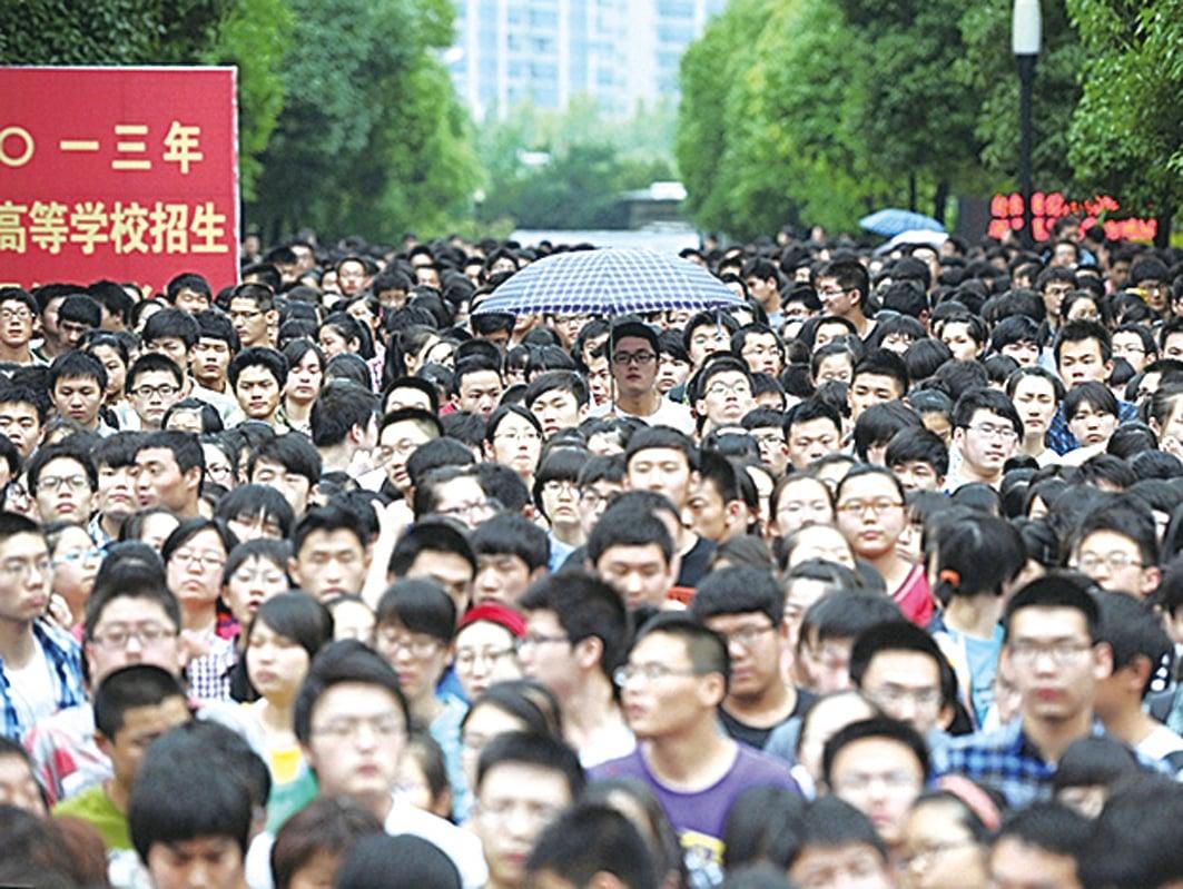 7月7日,大陸高考開啟。今年高考比往年推遲1個月,防疫成了高考的重中之重。圖為疫情前中國高考資料照。(AFP)