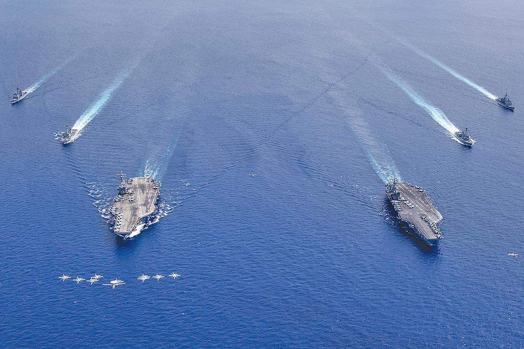 7月6日,尼米茲號和里根號航空母艦在南中國海執行任務。(US NAVY)