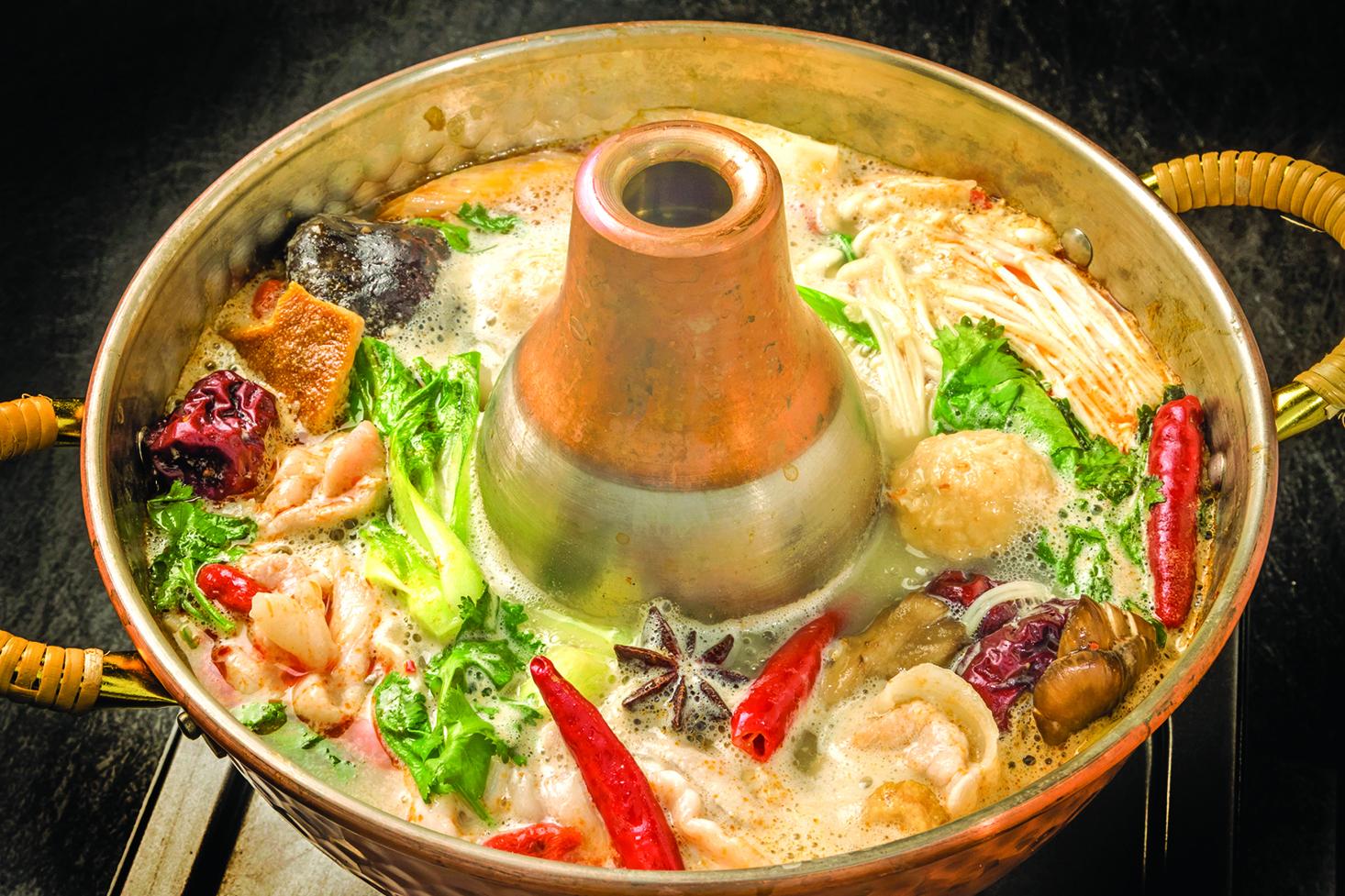 吃火鍋是滿族傳統,因此乾隆皇帝的餐桌上也經常出現火鍋。