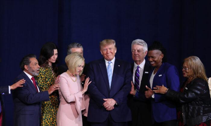 2020年1月3日在佛羅里達州舉行的「特朗普福音派」競選活動期間,信仰領袖們為特朗普總統祈禱。(Joe Raedle / Getty Images)