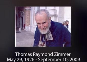 被稱為「洛雷托隱士」的托馬斯·齊默(Thomas Zimmer)是美國二戰老兵,他在1970年代移居意大利,傾盡他的餘生在教堂為人類祈禱。(視頻截圖,LifeSiteNews頻道)