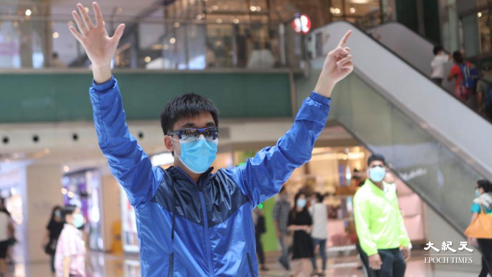 7月7日,抗爭少年David在沙田新城市廣場1人「和你lunch」,越來越多市民和應口號。(余鋼/大紀元)