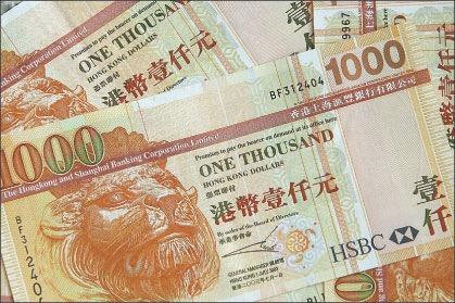彭博社引述消息人士稱,華府顧問討論削弱港元聯繫匯率制度,以懲罰北京破壞香港政治自由。(MIKE CLARKE/AFP/Getty Images)