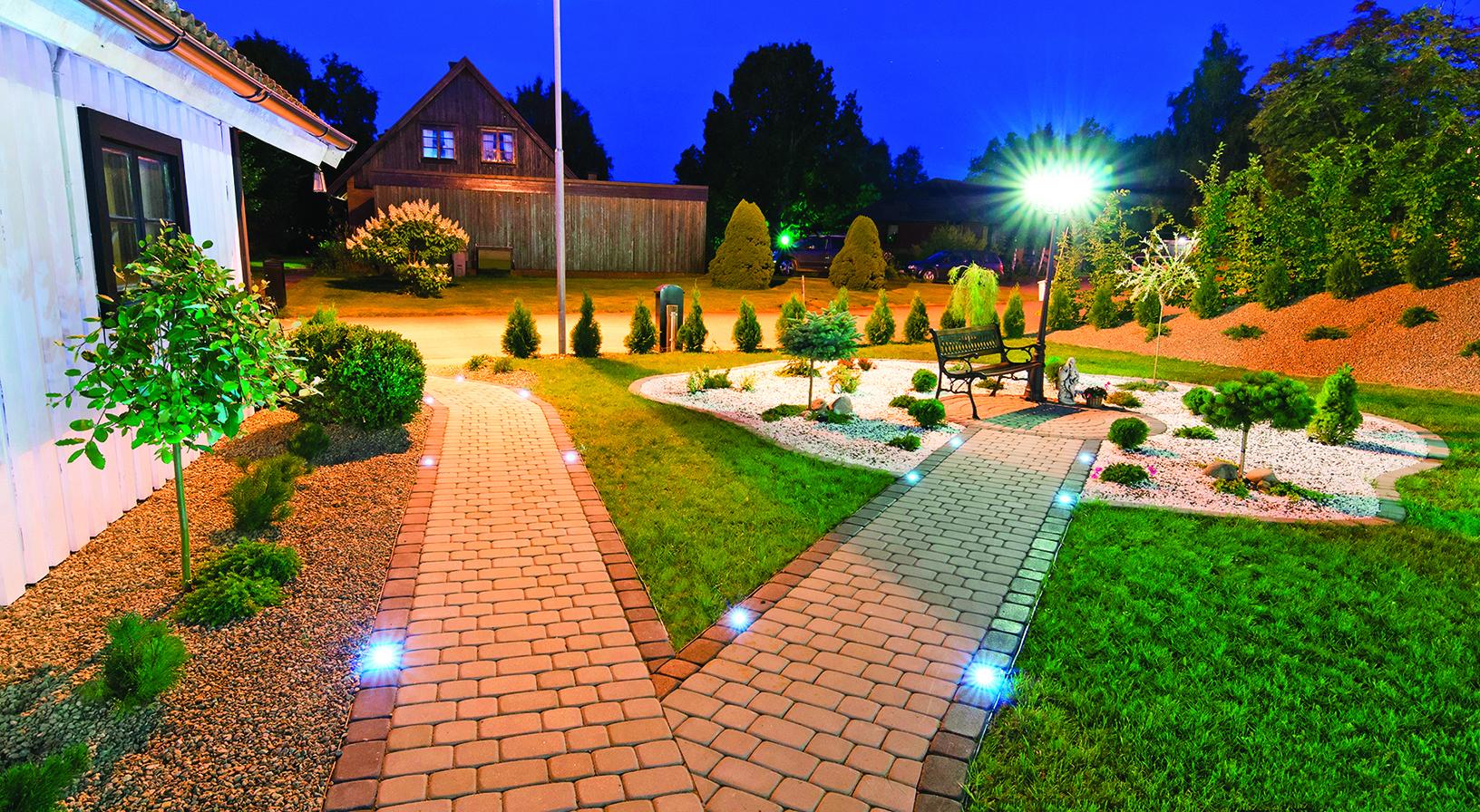 一個規劃良好的戶外照明方案,會讓花園看起來美麗明亮。