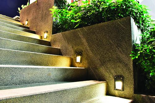 將台階燈固定安裝在台階側邊的牆上,光線更柔和清楚。