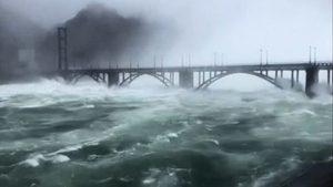 華東最大水庫九孔齊開狂 三峽大壩加大洩洪