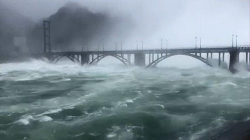 三峽大壩變相潰壩?華東最大水庫九孔齊開狂洩洪