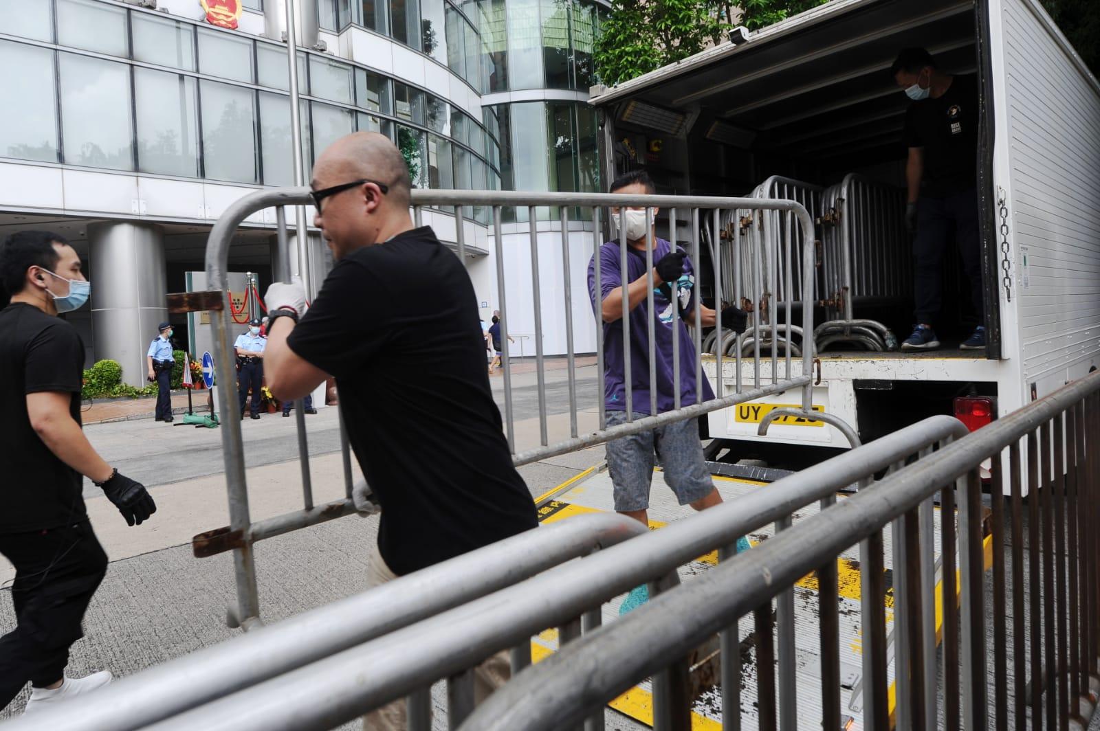 有警察和工作人員在國安公署外架起鐵馬。(宋碧龍/大紀元)