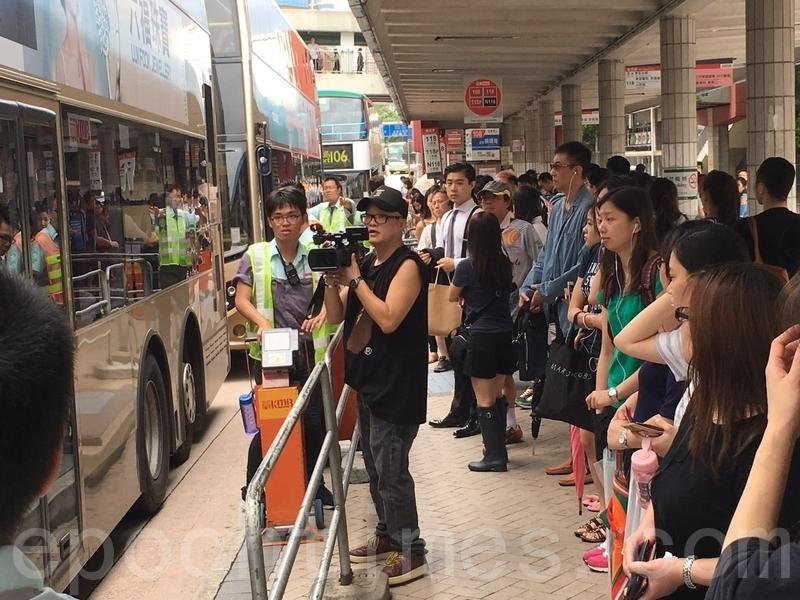 多個巴士站昨日都出現人潮,圖為紅磡車站公共運輸交匯處,市民等候乘搭巴士上班。