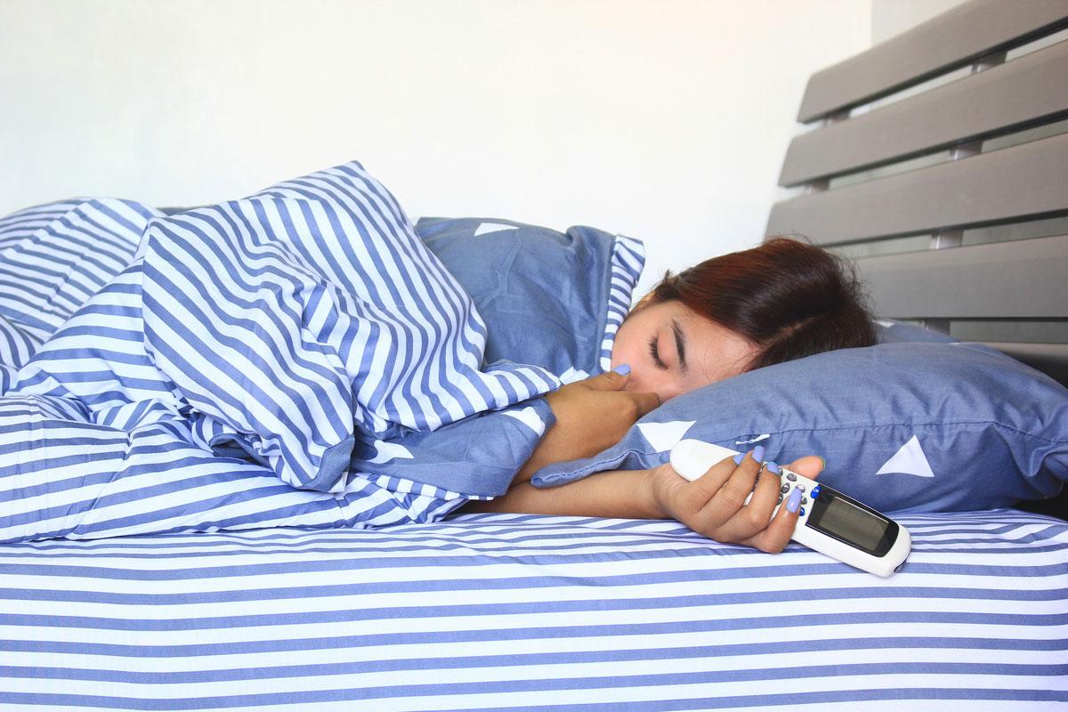 睡覺的時候,體溫會下降,人體的防禦能力也隨之下降,因此冷氣不能持續吹。
