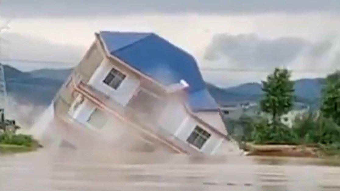江西省上饒市鄱陽縣的民房,因為暴雨而倒塌(影片截圖)