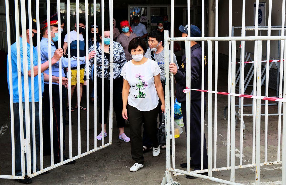 中共駐哈薩克斯坦大使館7月9日稱,哈國出現比之前的中共肺炎致死率更高的不明肺炎。(RUSLAN PRYANIKOV/ Getty Images)