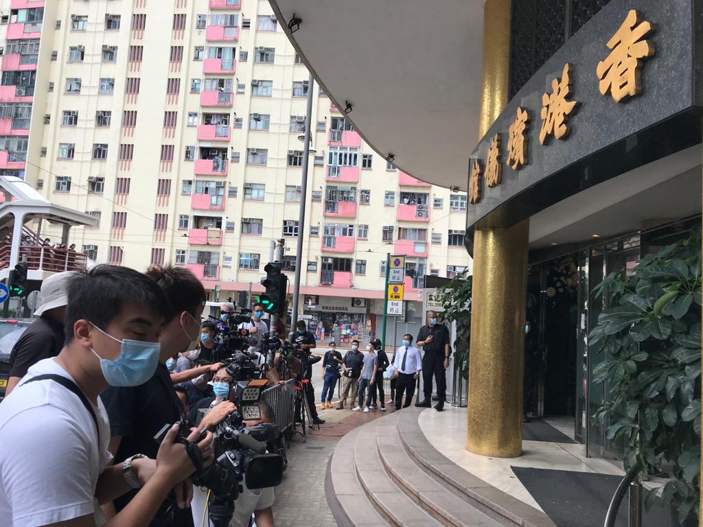 賭王何鴻燊今日(10日)舉行喪禮,大量傳媒早早於香港殯儀館門口等待。(余鋼/大紀元)