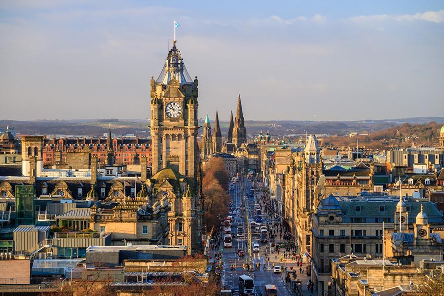 英格蘭人奠基了香港法治傳統,蘇格蘭人則創造了香港經濟繁榮。香港的怡和集團、連卡佛、渣打銀行和滙豐銀行均由蘇格蘭人創建。與蘇格蘭相關名字香港隨處可見,如愛丁堡廣場、英華書院(蘇格蘭人創辦)、怡和街、渣甸山、延文禮士道和Aberdeen(香港仔)等。圖為愛丁堡的Old Town古城。(Shutterstock)