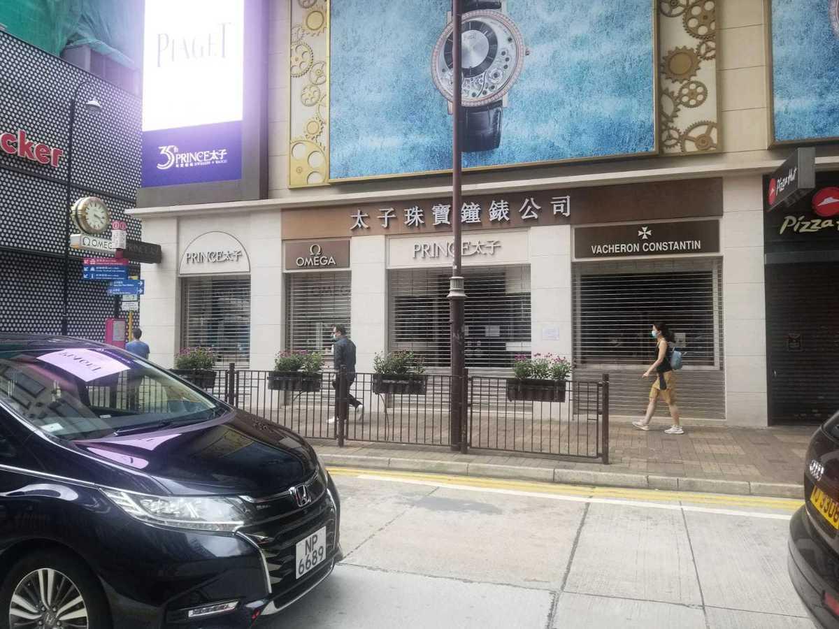 尖沙咀商業區多間珠寶店關門。(李曉彤/大紀元)