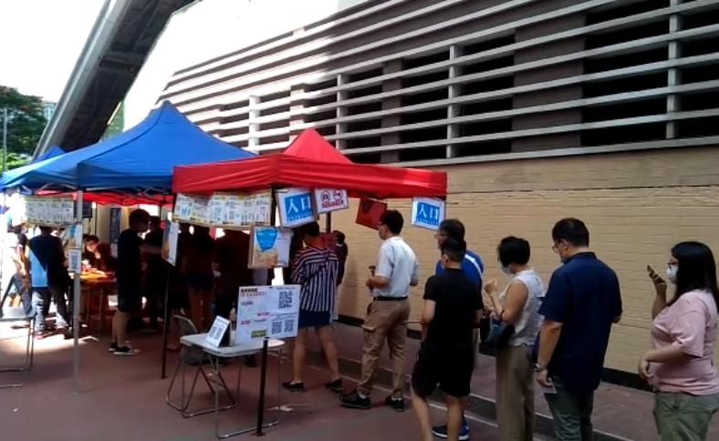 7月12日,黃埔,民主派初選,投票排長隊。(杜夫 / 大紀元)