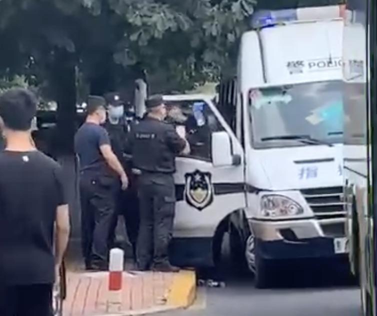 7月6日上午10時,黑龍江省哈爾濱市香坊區金色城邦小區居民,前往黑龍江省省政府維權遭特警鎮壓,3人被抓。(影片截圖)
