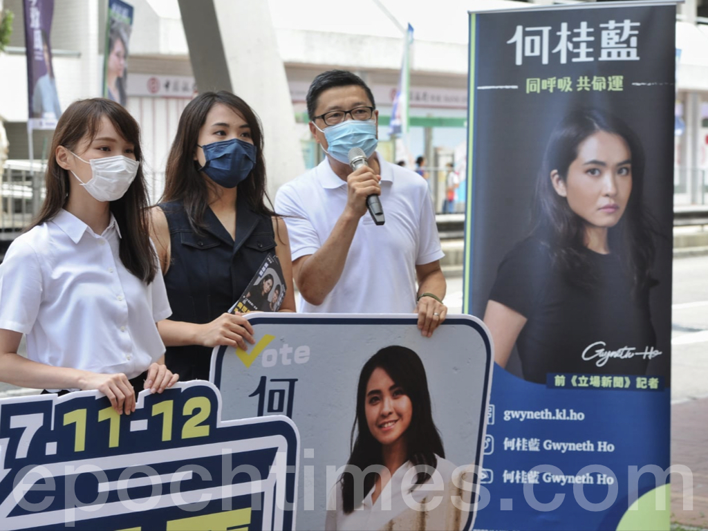 今日(7月12日),民主派立法會選舉35+初選進入倒計時,在美孚的張崑陽街站,前香港眾志成員周庭也前來表達支持。為前立場新聞記者何桂藍拉票的周庭(左)表示,今次的民主派初選是唯一無DQ(取消資格)、無篩選的投票機會。(宋碧龍/大紀元)