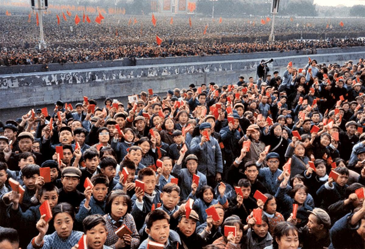 1966年毛澤東首次接見紅衛兵,天安門廣場人山人海,成了紅海洋,口號聲驚天動地。(網絡圖片)