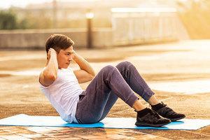 仰臥起坐增腹肌 姿勢正確不傷身