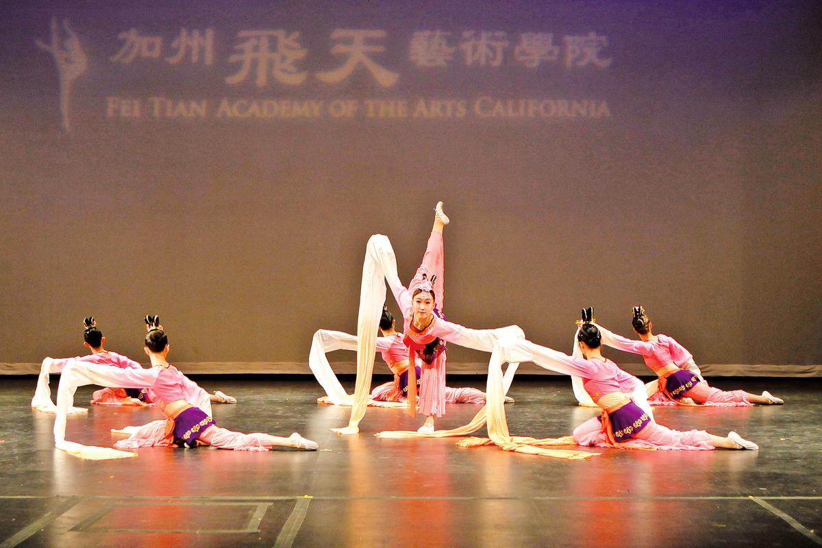 2013年「加州飛天藝術學院」期中匯報表演節目。(大紀元資料圖片)