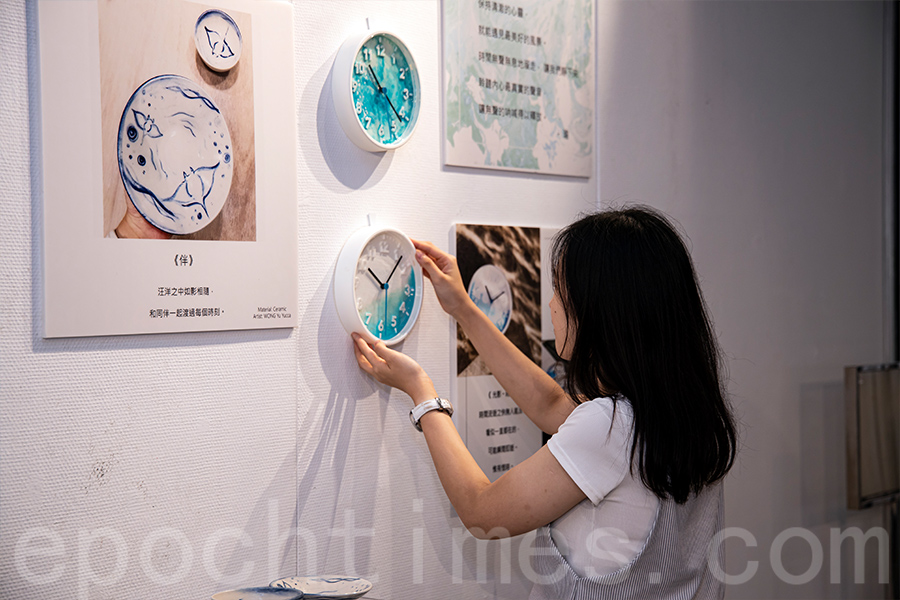 Yucca擅長「樹脂畫」,最近將在賽馬會鯉魚門創意館展出個人作品。(陳仲明/大紀元)