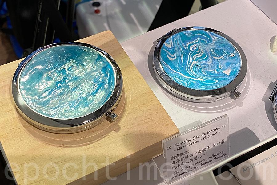 Yucca在鏡面上創作樹脂畫,意為海洋像一面鏡子,反映人和環境的變化。(陳仲明/大紀元)