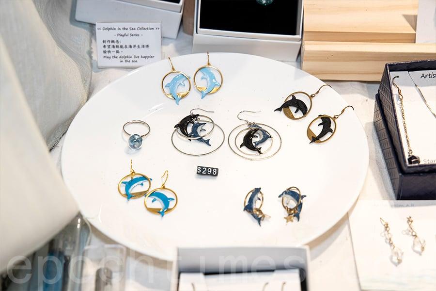 在D2 Place設立的Artisticroom期間限定店中,有一系列海豚飾物,所得收益將有10%捐贈給海豚保育協會。(陳仲明/大紀元)